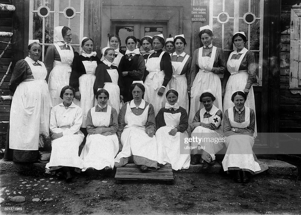 World War I, Eastern front: German nurses of the military hospital of Lida (Belarus) - 1915 / 1916 : News Photo