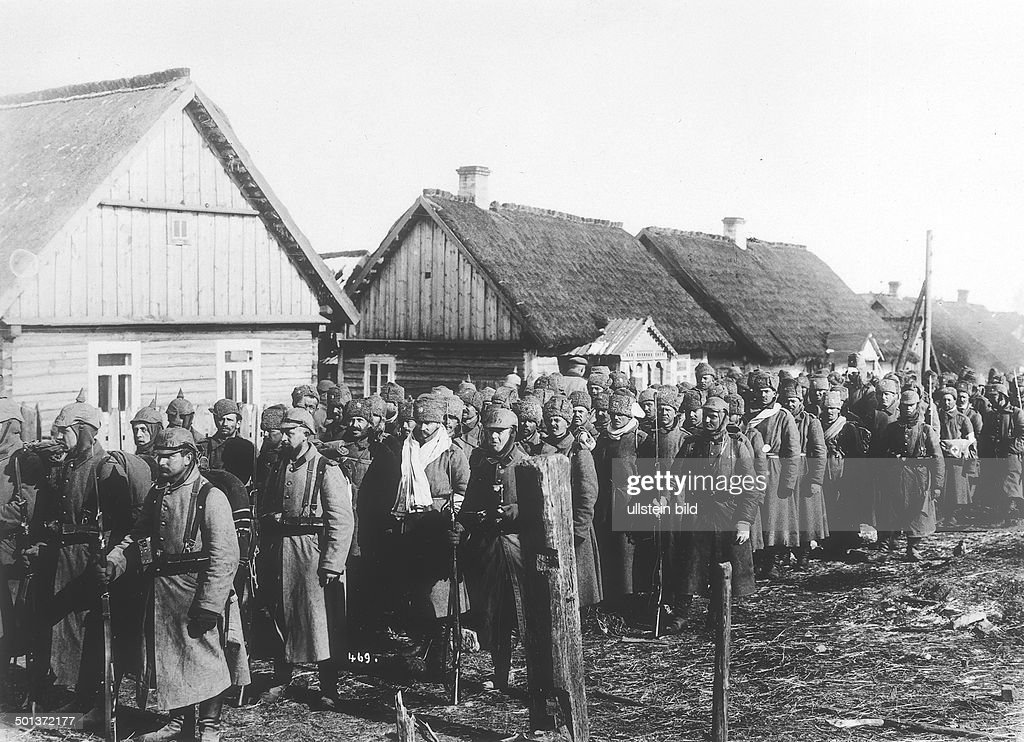 World War I, eastern front: German soldiers leading away Russian captives for evacuation, probably in Masuria - 1914 or 1915 : News Photo