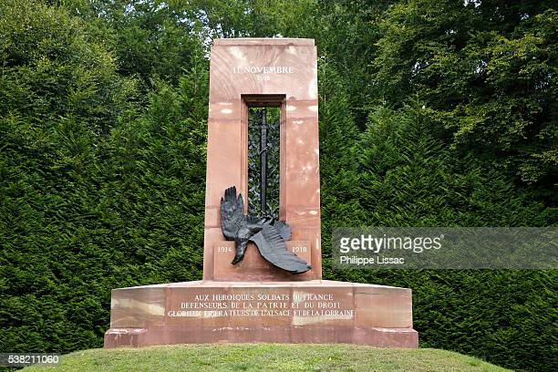 world war i memorial in the clairière de l'armistice where the peace treaty was signed at the end of the war - armistice stock pictures, royalty-free photos & images