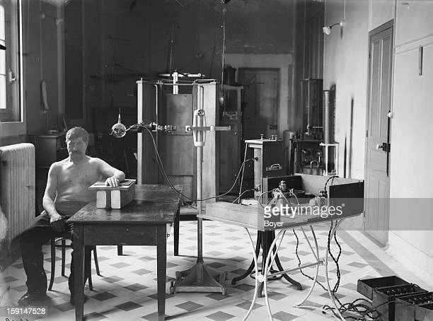 World War I Performing an arm Xray with the help of a portable GallotGaiffe instrument for the localization of projectiles Paris radiology section of...