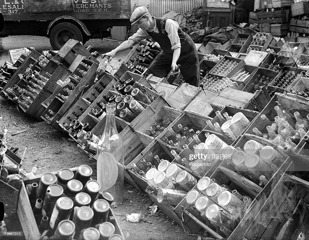 World War II, 25th June 1940, Sorting bottles into their 92 grades at one of London+s most productive salvage centres in the East end : ニュース写真