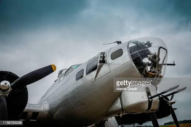 b17 world war ii bomber plane - seconde guerre mondiale photos et images de collection