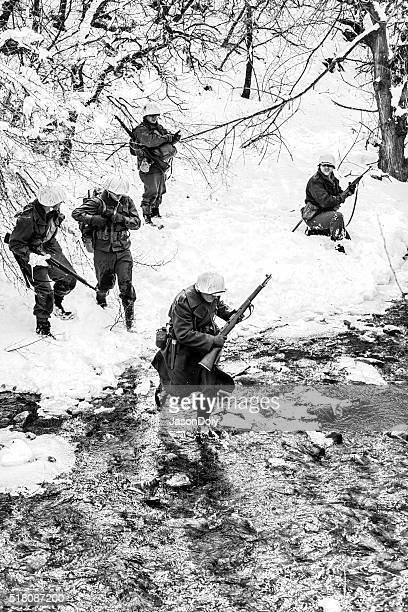 segunda guerra mundial : soldados travessia creek na neve - batalha guerra - fotografias e filmes do acervo