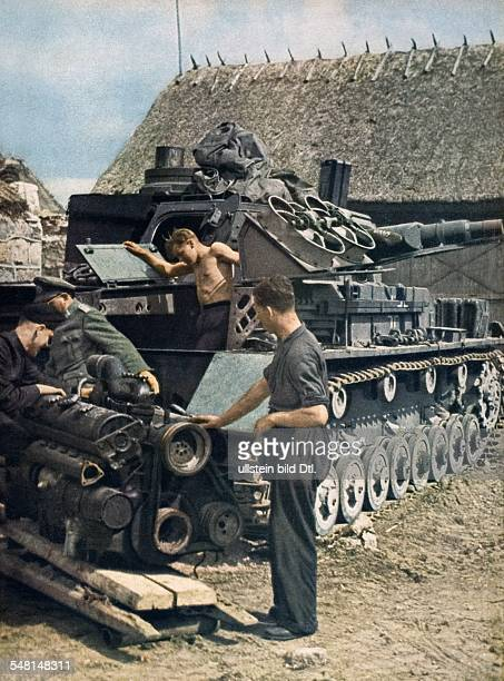 World War II Soldiers repair a tank engine and exchange it 1943 Published by 'Signal' 4/1943 Vintage property of ullstein bild