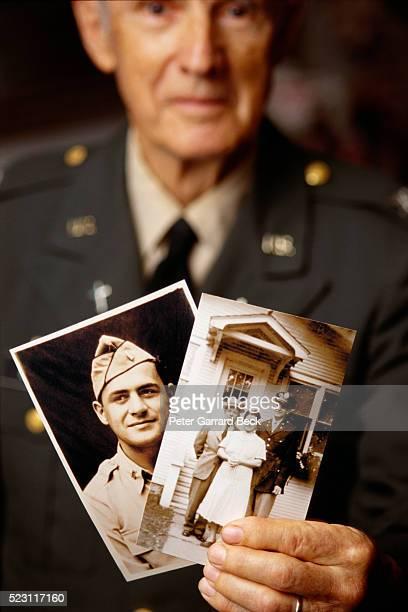 world war ii veteran holding photographs - seconde guerre mondiale photos et images de collection