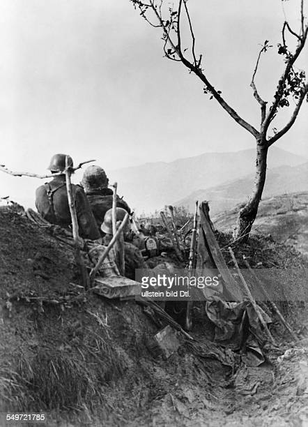 2 world war italy theater of war grenadiers of the WaffenSS in a position at the Apennine front October/November 1944