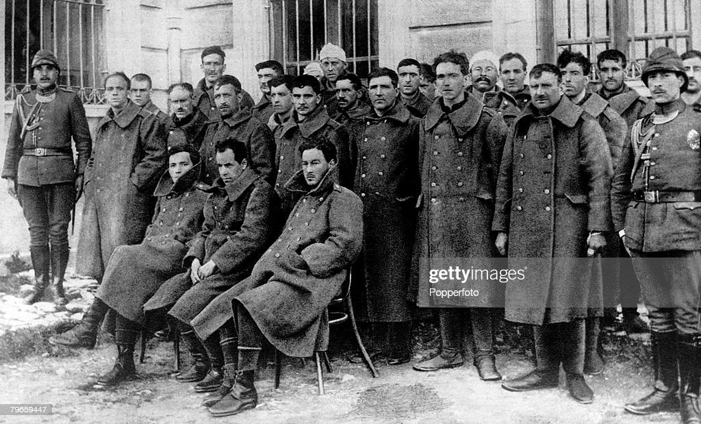 "World War One, 1914-1918, British Prisoners of War held by the Turks, This group lined up in the yard of their prison is the crew of British submarine ""E15"" : News Photo"