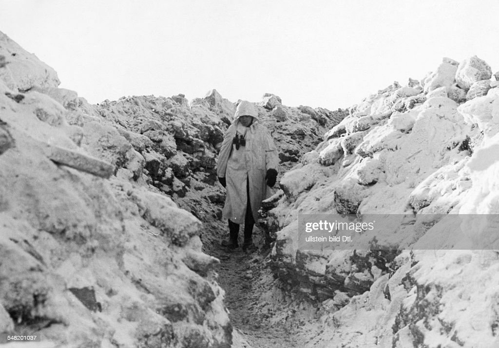 2. World war, soviet union (eastern front), theater of war: German soldiers in snow camouflage in a trench  about 01.02.1942 : News Photo