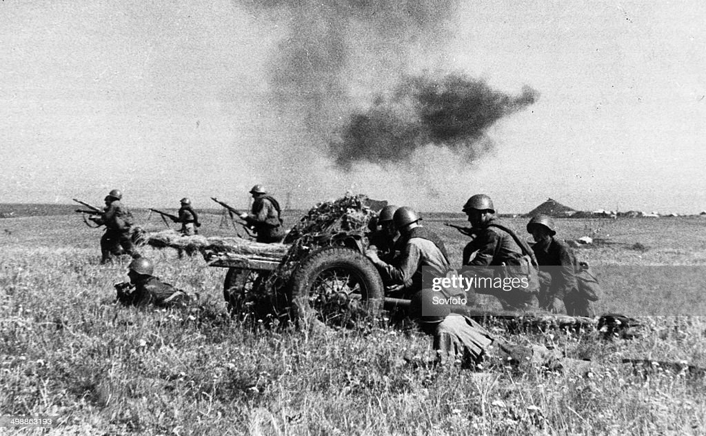 World War 2. A Soviet gun crew covering the advance of an infantry unit on the Southern Front : News Photo