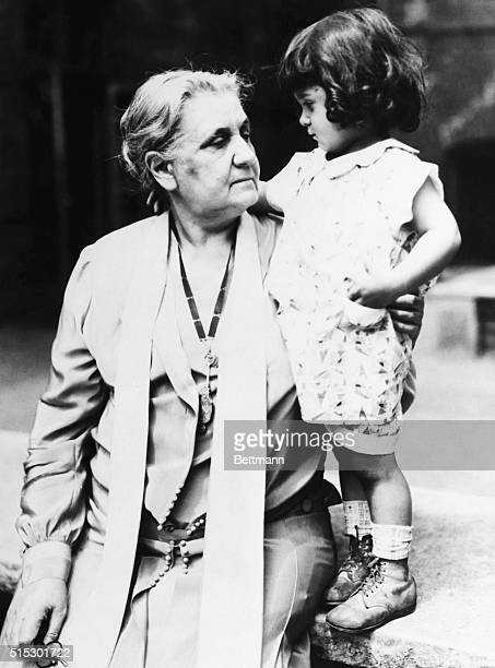 Worldfamous social worker Jane Addams appears with a little girl at the 40th anniversary of Hull House an institution considered a paragon of...