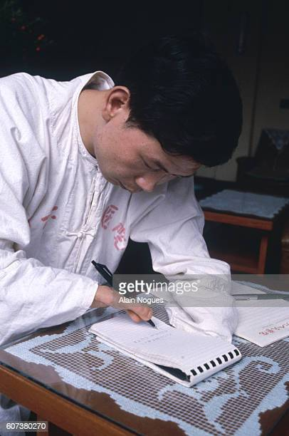 A worldfirst having succeeded in creating a new hand for this Chinese factory worker by grafting two toes to his arm he is now able to write thanks...