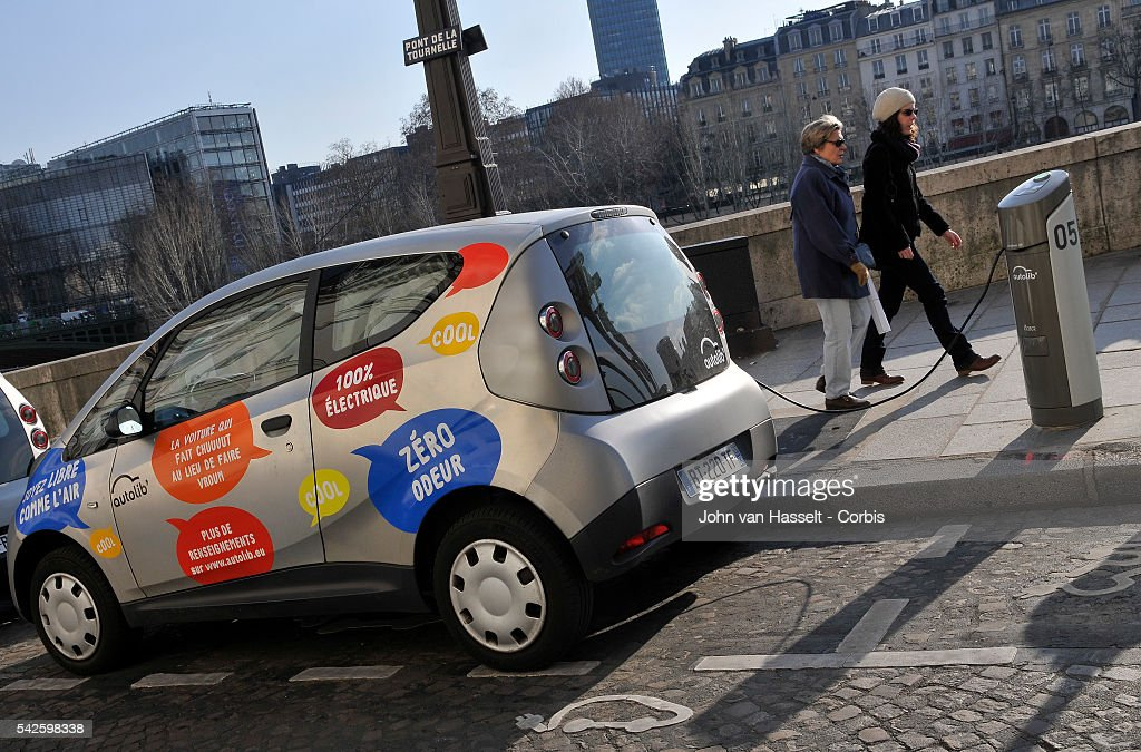 France - Environment - Electric car rental Autolib' in Paris : News Photo