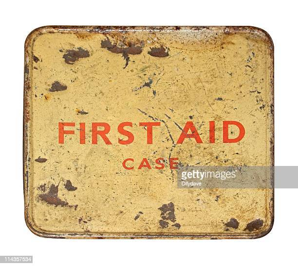 getragen und verbeult alten erste hilfe tin der vorderseite - erste hilfe hinweisschild stock-fotos und bilder