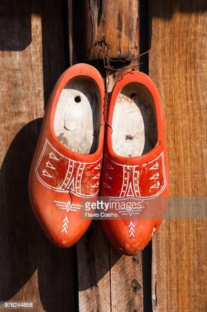 worn dutch wooden shoes - roupa tradicional - fotografias e filmes do acervo