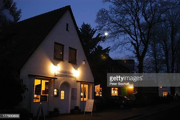 Worpsweder Stübchen Bergstrasse Worpswede Teufelsmoor Niedersachsen Deutschland Europa Künstlerkolonie Künstlerdorf SchnellImbiss Beleuchtet...