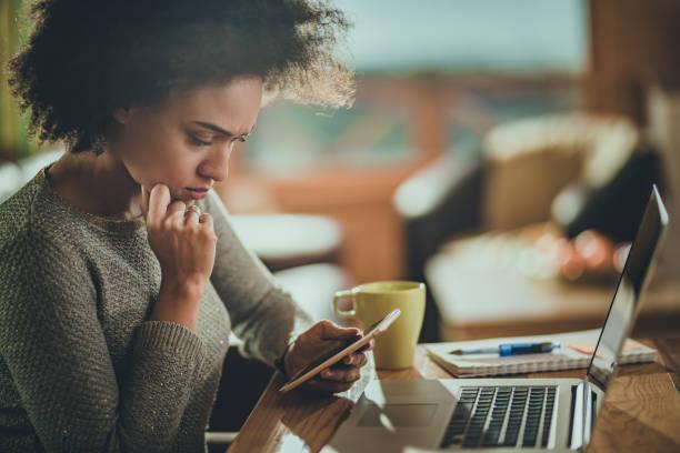 擔心在家裡工作的非洲裔美國婦女使用手機。 - 聯繫 個照片及圖片檔