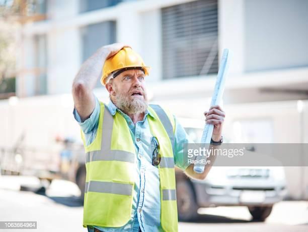 bezorgd over het bouwen van professionele zoekt, geklemd zijn veiligheidshelm - oops stockfoto's en -beelden