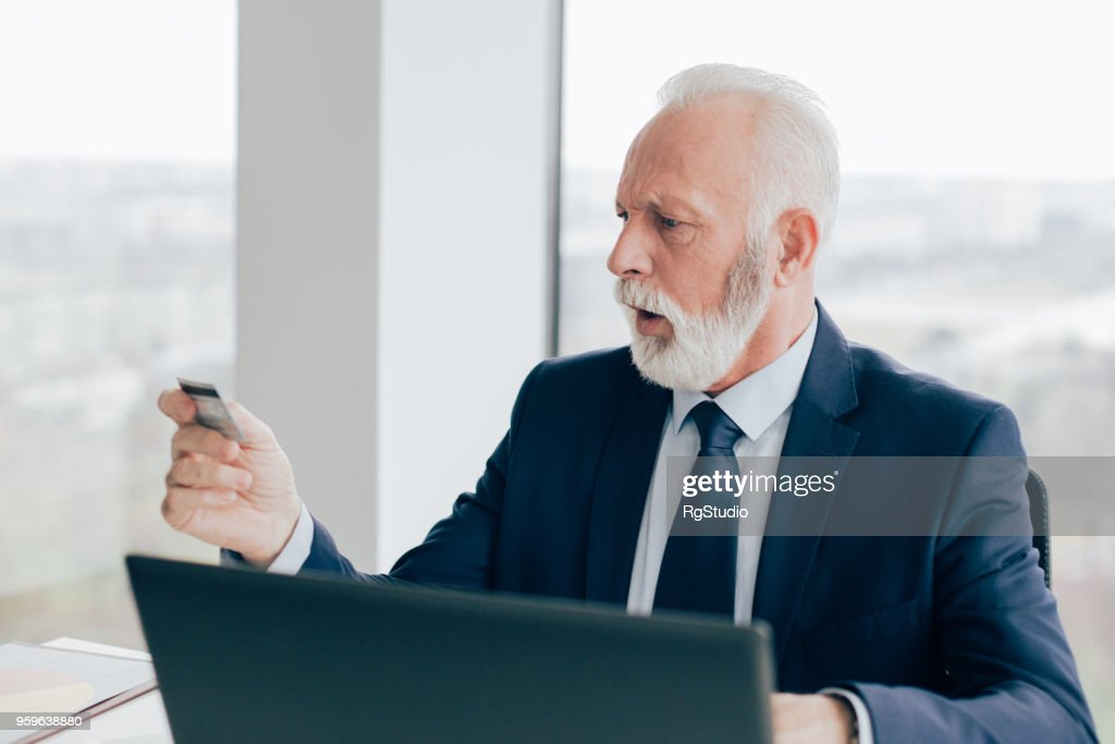 Blick auf Kreditkarte besorgt Business-Mann : Stock-Foto