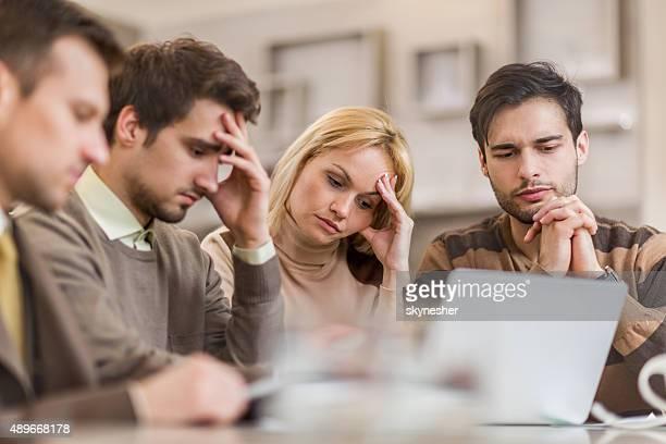 Inquiet femmes d'affaires travaillant dans le bureau.