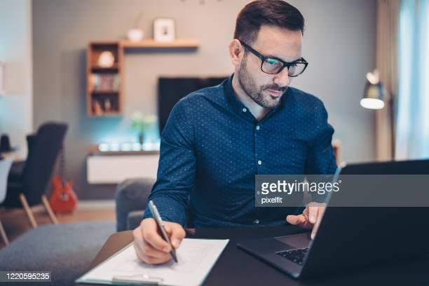 財務番号を確認する心配したビジネスマン - 金融関係の職業 ストックフォトと画像