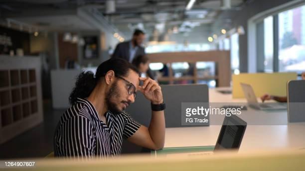 empresário preocupado usando laptop no trabalho - concentração - fotografias e filmes do acervo