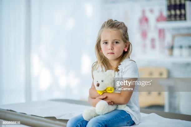 worried girl with teddy bear - tristeza imagens e fotografias de stock
