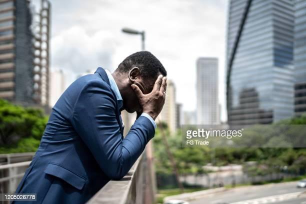 preoccupato / hopelessness uomo d'affari maturo al ponte - suicidio foto e immagini stock