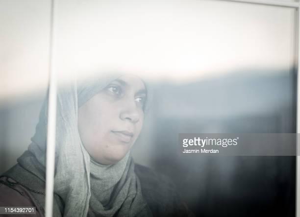 worried immigrant muslim woman - femme marocaine photos et images de collection