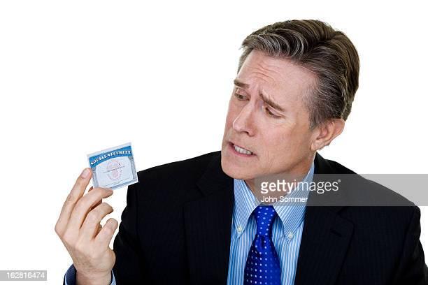 Inquiet de l'homme tenant une carte de sécurité sociale