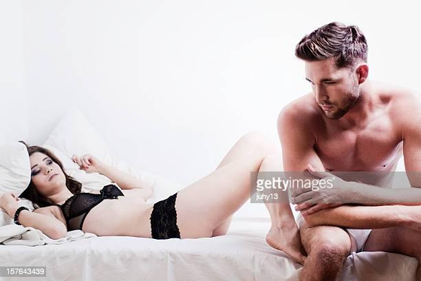 pasional pareja en la cama - hombre delgado fotografías e imágenes de stock