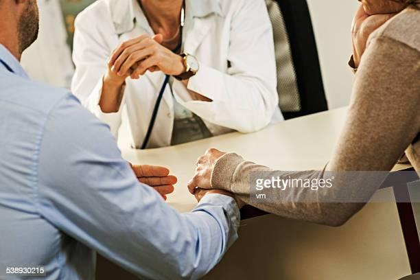 Preocupado pareja madura con mujer médico