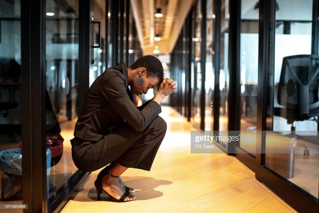 Joven empresaria preocupada en la oficina del pasillo : Foto de stock