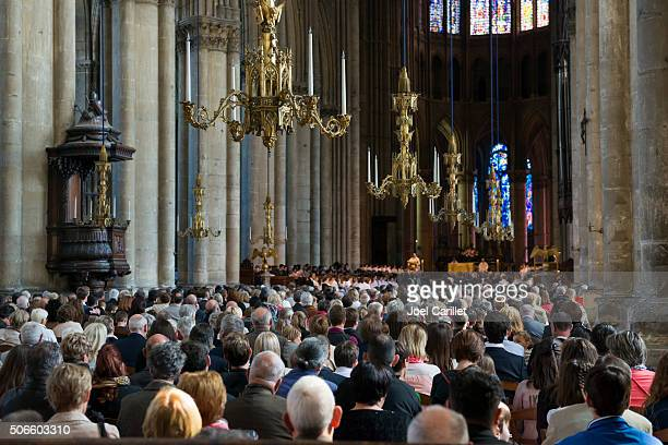 worship inside reims cathedral, france - katholicisme stockfoto's en -beelden