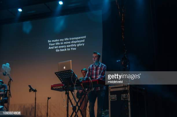 礼拝のパフォーマンス - シンガーソングライター ストックフォトと画像