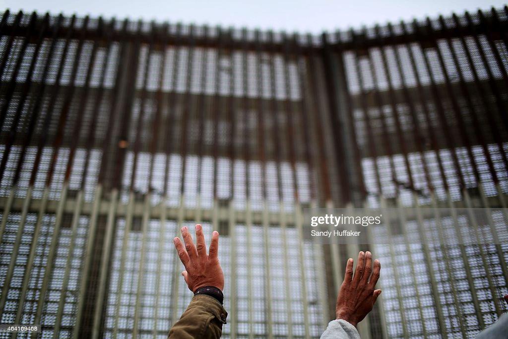 Church Service Held at US/Mexico Border Fence : News Photo