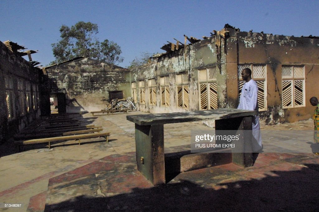 A worshipper walks 30 November 2002 among the debr : News Photo
