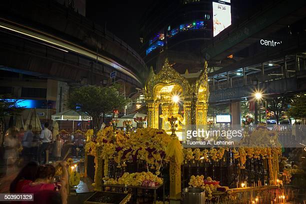 worshippers at the erawan shrine  in bangkok - エラワン聖堂 ストックフォトと画像