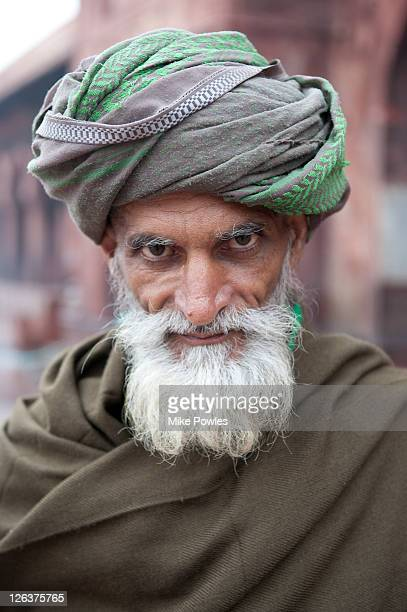 worshippers from pakistan at jama masjid mosque, delhi, india - turban stock pictures, royalty-free photos & images