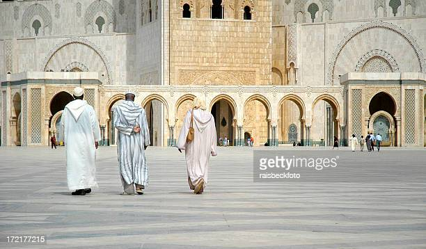 worshippers walk towards hassan ii mosque, casablanca, morocco - casablanca stock pictures, royalty-free photos & images