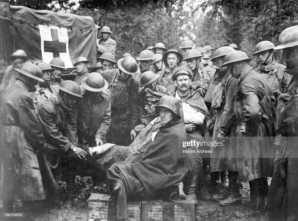 German Prisoners Receive First Aid : ニュース写真