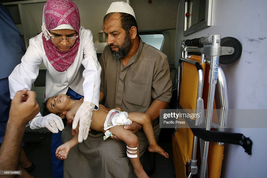 A wounded Palestinian child arrives at the hospital a after... : ニュース写真