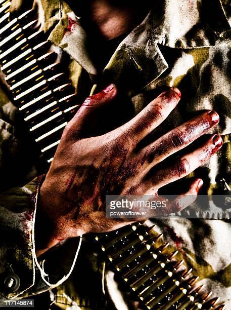 戦い負傷ミナミコメツキ、胸に手を当てる