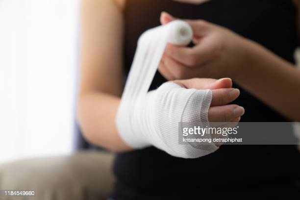 wounds at the wrist,bandages a hand wound pain medicine,bandage,broken arm, hand pain, arm pain - 骨折 ストックフォトと画像