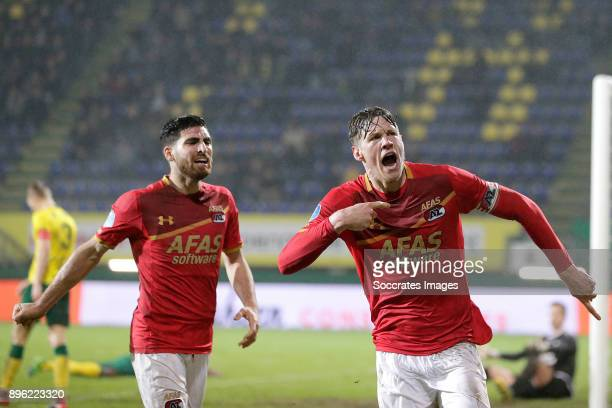 Wout Weghorst of AZ Alkmaar celebrates 22 with Alireza Jahanbakhsh of AZ Alkmaar during the Dutch KNVB Beker match between Fortuna Sittard v AZ...