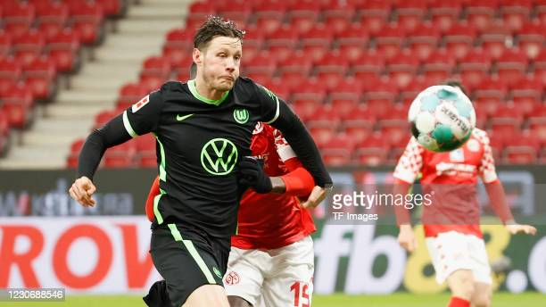 Wout Weghorst of VfL Wolfsburg and Moussa Niakhate of 1. FSV Mainz 05 during the Bundesliga match between 1. FSV Mainz 05 and VfL Wolfsburg at Opel...