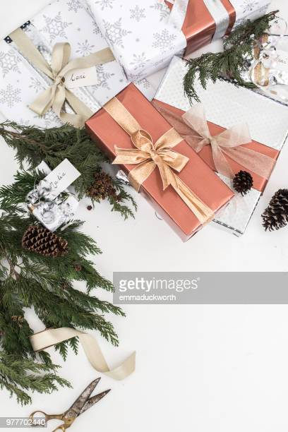wrapped christmas gifts and christmas decorations - avvolto foto e immagini stock