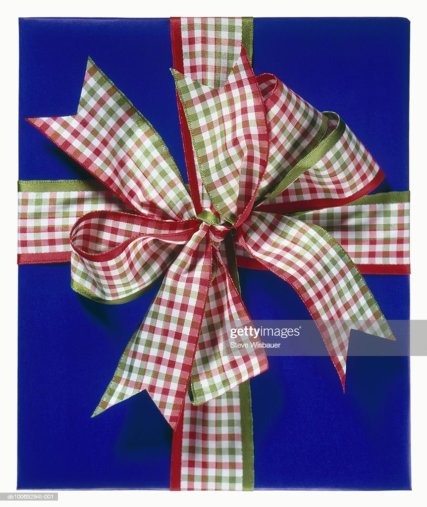 Wrapped gift with checked ribbon and bow, studio shot, close-up : Foto stock
