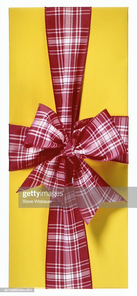 Wrapped gift with plaid ribbon and bow, studio shot, close-up : Foto stock