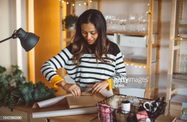 wrapping christmas gift - donna bendata foto e immagini stock