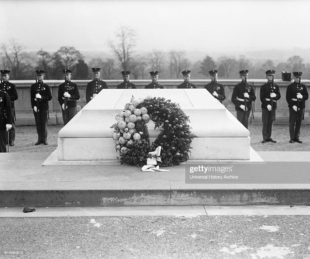 Wreath at Tomb of Unknown Soldier, Armistice Day, Arlington National Cemetery, Arlington, Virginia, USA, circa 1922 : News Photo